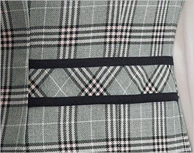 黒の配色を効かせたバックスタイルでスッキリとまとめた背ベルト