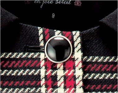 輝くツヤがきれいな黒ボタンにはシルバーの縁でエレガントさを