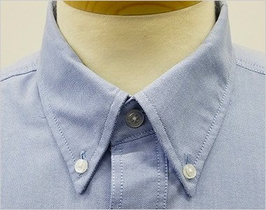 きっちりした印象のボタンダウンの襟元