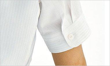 半袖口は後ろにタックを入れているため、腕が前に動きやすく、細く見える効果もあります。フロントからはすっきり見えます。