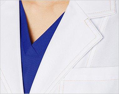 襟元や袖口などにシャンパンゴールドの糸で施したダブルステッチがアクセント。