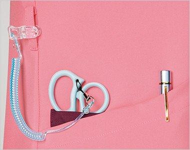 右腰の小分けポケットは、サージカルテープやはさみなど小物類の収納に。便利なループ付き。