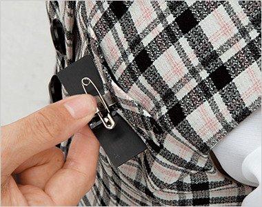 名札ポケットと左胸ポケットにわかれていて、名札とペンが一緒に入れられます