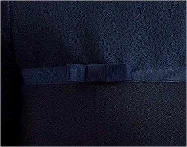 生地と同色のグログランテープで、ほんのり甘いディテールのリボンをアクセントに。
