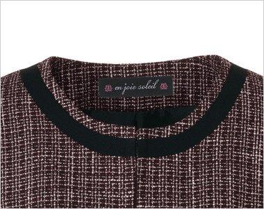 ゆるやかなカーブを描く黒パイピングのノーカラーの襟元