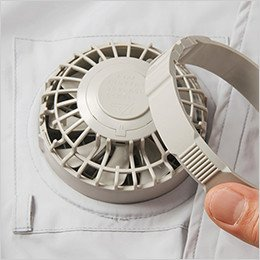 ウェアの外側からファンを取り付けて、内側からリングをはめます