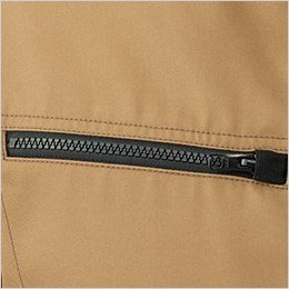 右胸ポケットは物の落下を防止するファスナー式(スライダーキャップ付)