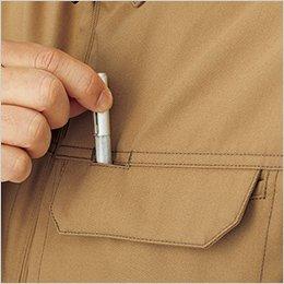 左胸のポケットはペンホール付きフラップを使用