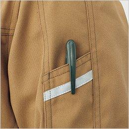 左袖のペンポケットは、視認性を高める反射テープ付き