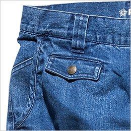 右前面にフラップ付きのコインポケットを配置