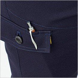右脇ポケットはペンホール付きフラップを使用し、落下防止と機能性を両立