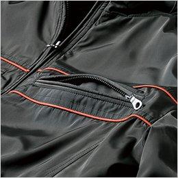 両胸ポケットに金属ファスナーを使用