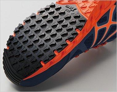 滑りにくさを考慮した靴底意匠と耐滑性のよい配合のラバーで滑りやすい職場での事故を防ぎます。