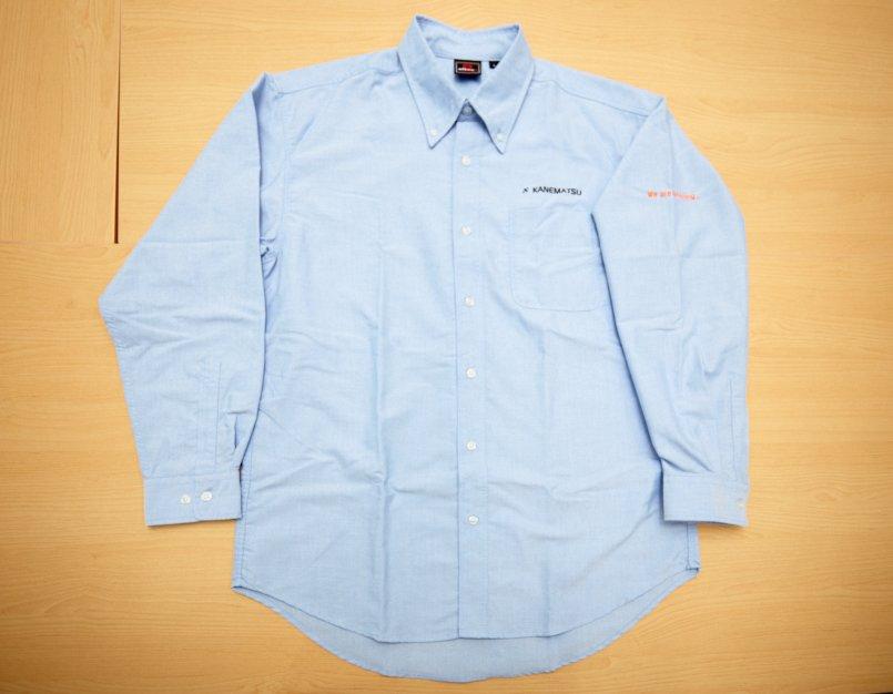 オックスシャツの左胸にグループネーム、左袖にメッセージをプリント